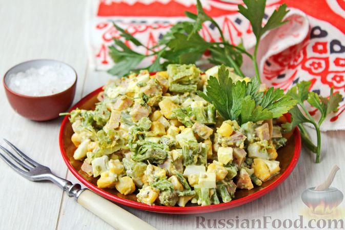Салат с кукурузой, брокколи, ветчиной и яйцами