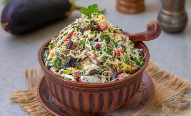 Салат с крабовыми палочками, жареными баклажанами и сыром