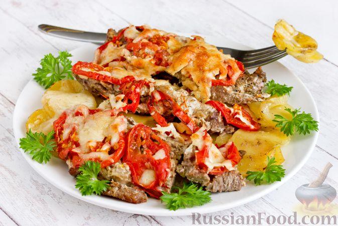 Отбивные из говядины, запечённые с картофелем, помидорами и сыром