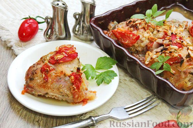 Куриные бёдра, запечённые с помидорами и луком
