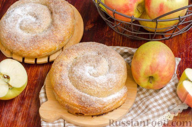 Вертута с яблоками, грецкими орехами и изюмом