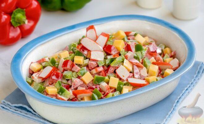 Салат с крабовыми палочками, болгарским перцем и сыром