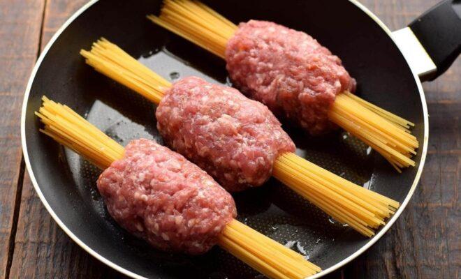 Спагетти с мясным фаршем и овощами в сковороде