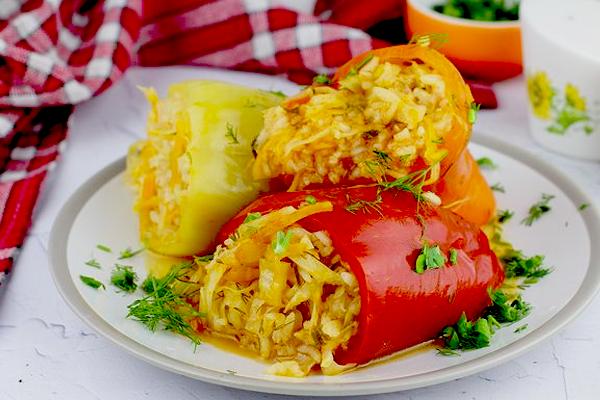 Фаршированные перцы с рисом, капустой и морковью