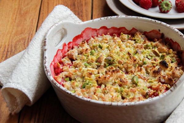 Пирог из ягодно-творожной крошки